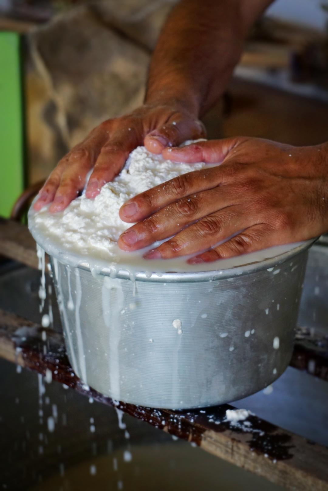 Le mani di Samuel Lai che preparano il formaggio | © Jessica Cani