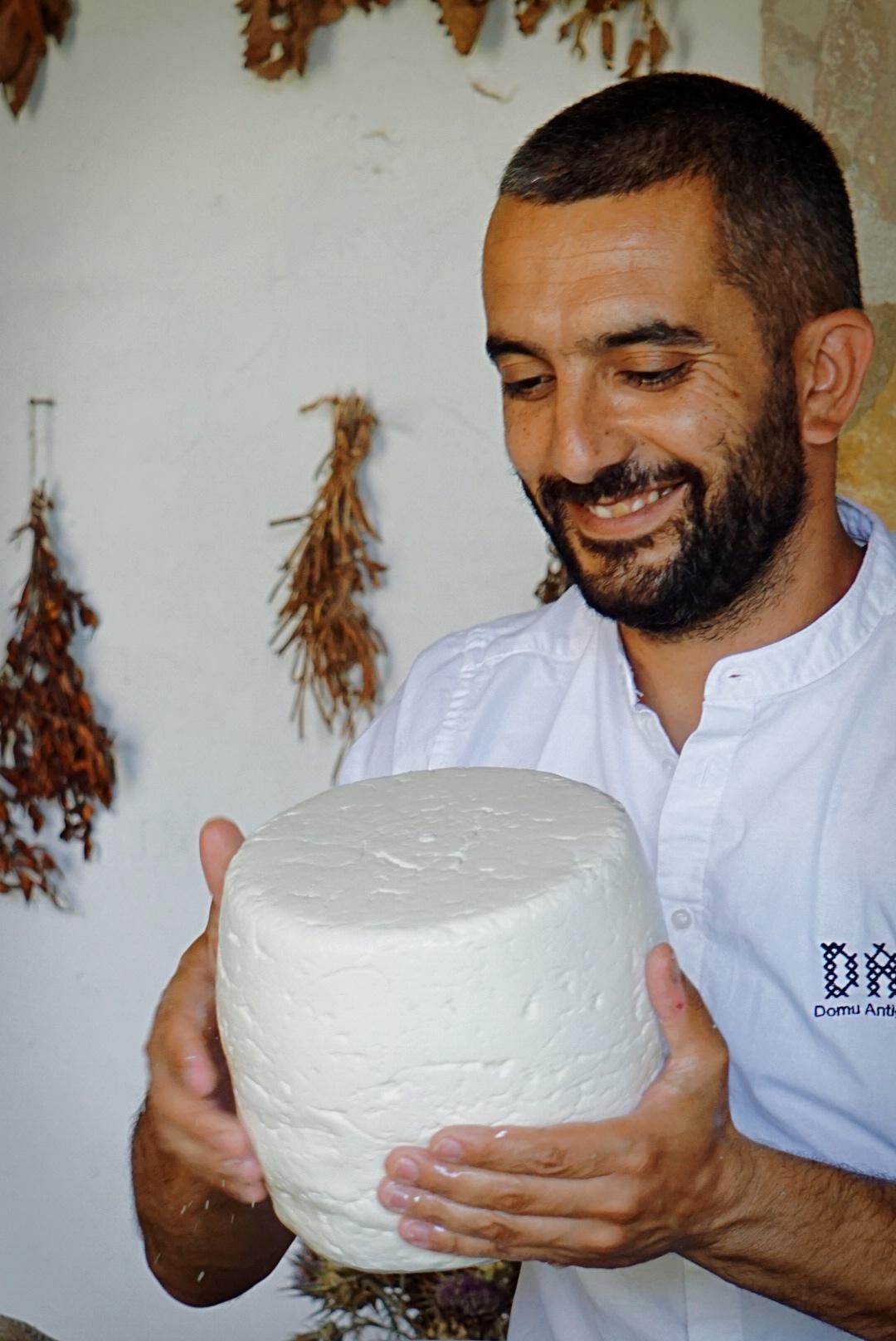 Samuel Lai che prepara il formaggio   © Jessica Cani