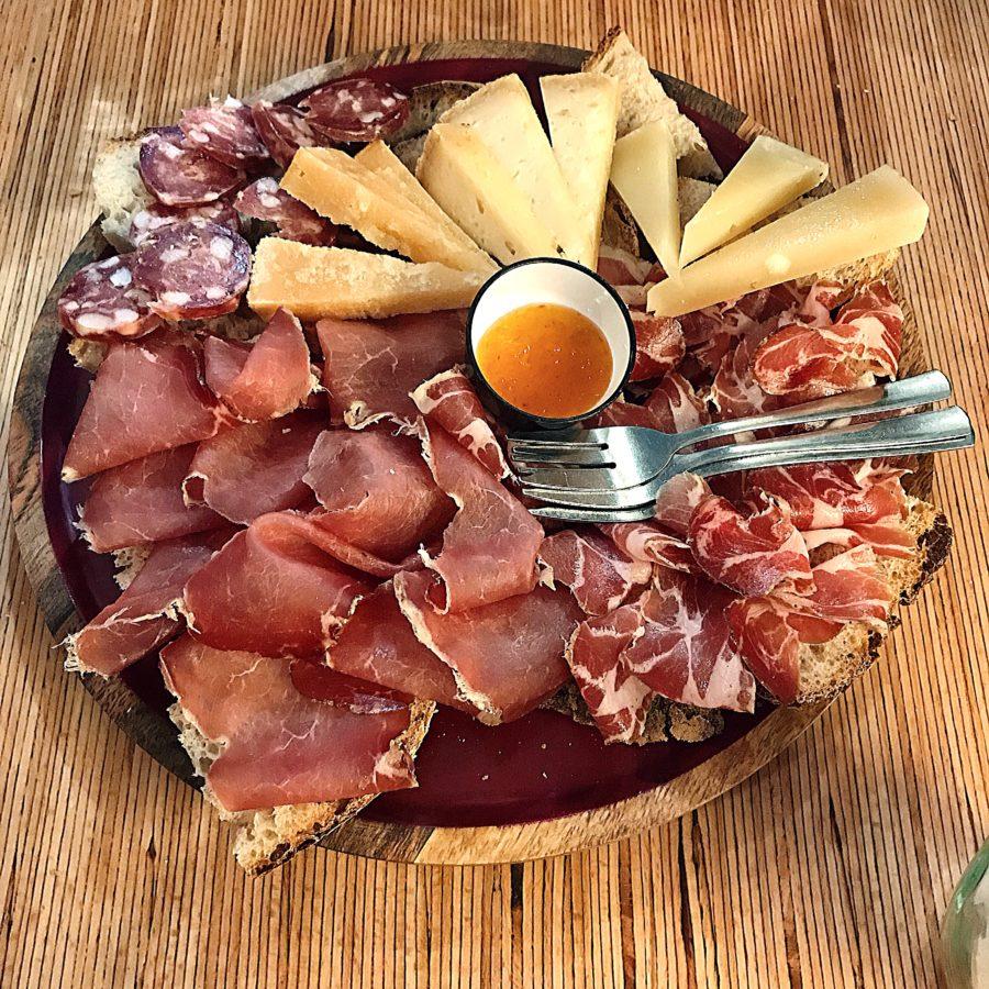 Tagliere di salumi e formaggi di Sabores a Cagliari