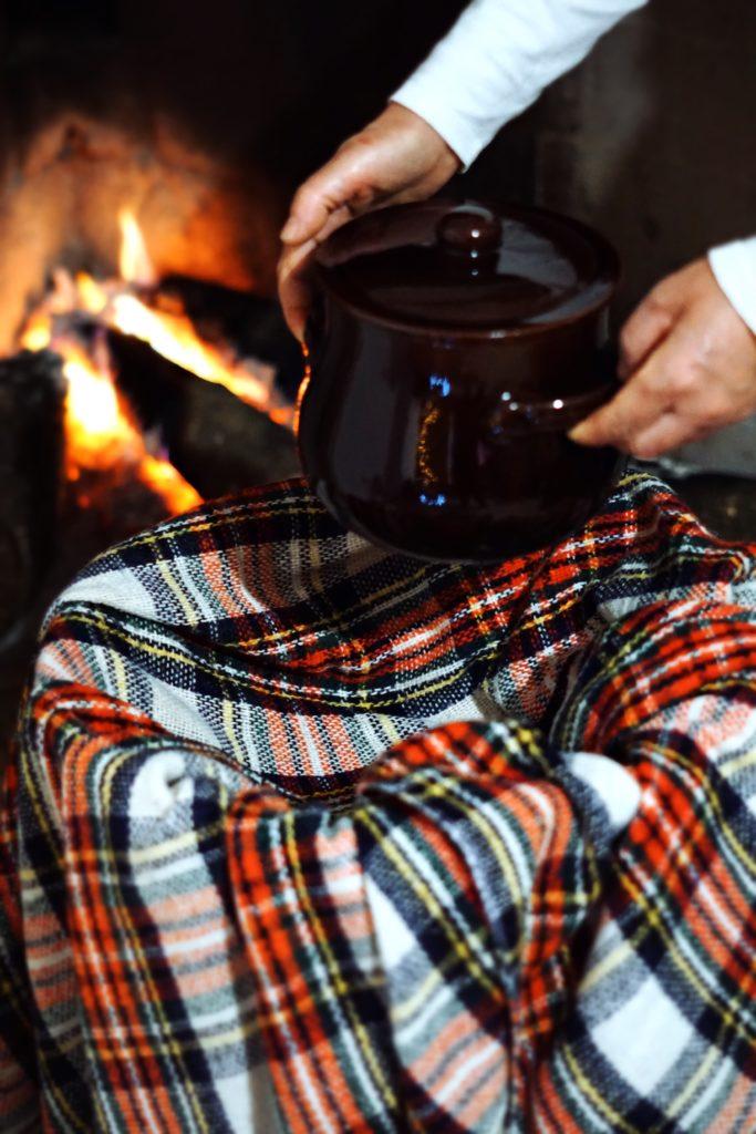 La pentola di trigu cotu viene posta in una scivedda accanto al fuoco | © Jessica Cani